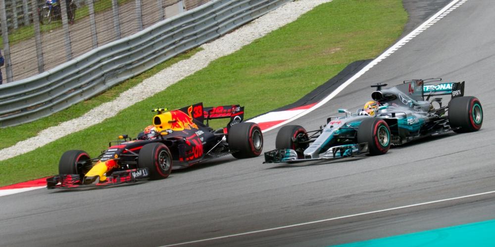 Max_Verstappen_overtaking_Lewis_Hamilton_2017_Malaysia_2.jpg