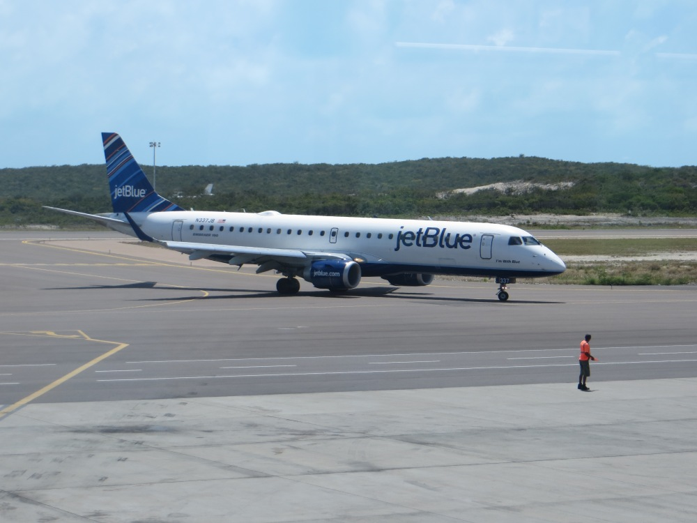 JetBlue_E190_at_Providenciales_Airport_2.jpg