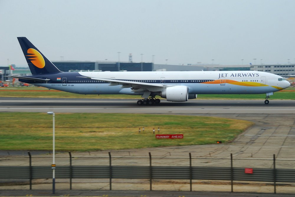 Jet_Airways_Boeing_777-35RER;_VT-JEH@LHR;06.06.2010_577bg_(4694778410).jpg